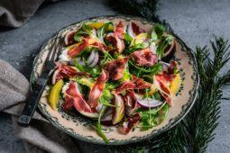 Salat med sprødProsciutto di Parma, figner og klementindressing